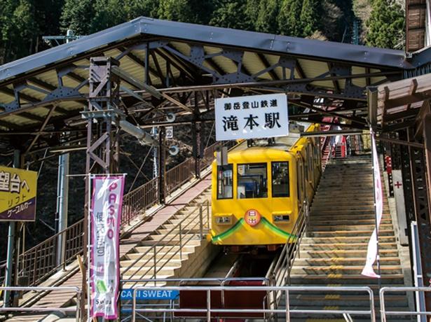 滝本駅から標高831mの御岳山駅までは、ケーブルカー(大人片道590円)で。急勾配を一気に上り、景色を楽しめる
