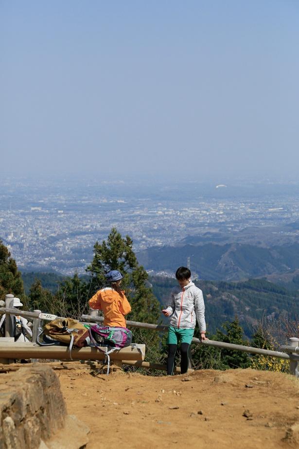 標高902mの日の出山山頂は眺望抜群!関東平野を一望でき、晴れていれば東京スカイツリーが見えることも