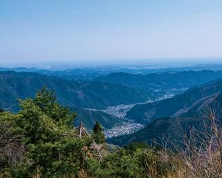 御岳山駅の展望広場からは、遠くに都心の眺め、眼下には山並みが広がる。都内とは思えない絶景にしばし感動してから、山歩きを開始!