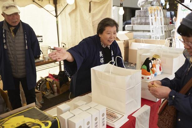 「めをとえびす」を購入する多くの人で賑わう美保大国神社