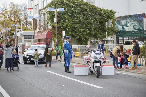 消防車両、最新パトカー・白バイの展示など行なう親子広場