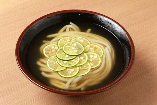 澄んだスープに浮かぶすだちは徳島県産のものを使用
