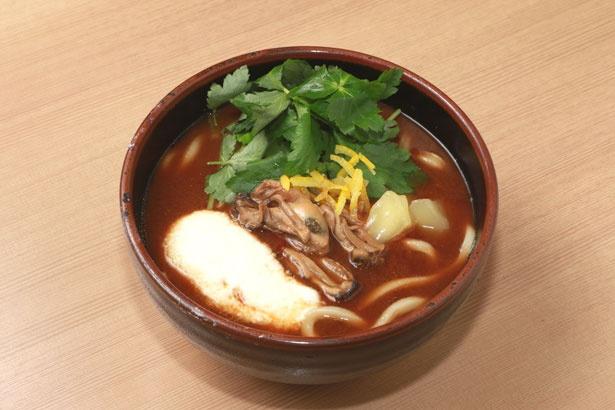 冬季限定の「牡蠣みそうどん」(1000円)は、広島県産のカキが3個入った贅沢な一杯