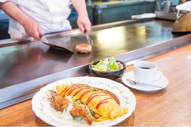 「オムライスと海老フライ(サラダ、ドリンク付き)(1,166円)」。薄めにしっかり焼いた卵と自家製デミグラスソースがマッチ