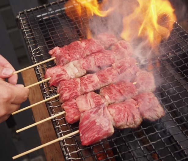 「肉焼総本家 三輪」の「訳あり和牛串焼き」(クーポン1枚)/OSAKA 光のルネサンス
