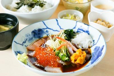 季節ごとにネタが変わる「特上海鮮丼」(1300円)。8:00〜14:00の時間帯は1050円になり、さらにお得!