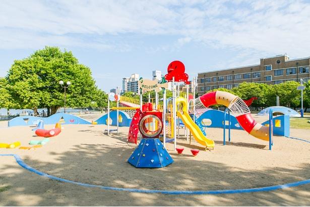「大濠公園」。トリムを始めダイナミックな遊具が充実している東側児童遊園(くじら公園)