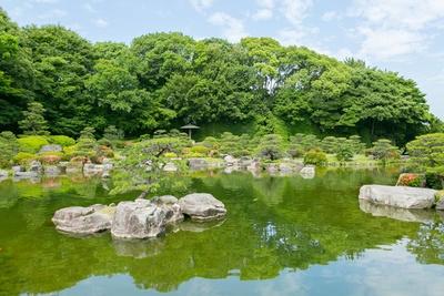 本格的な茶会や文化的な集いにも利用される伝統的な日本庭園