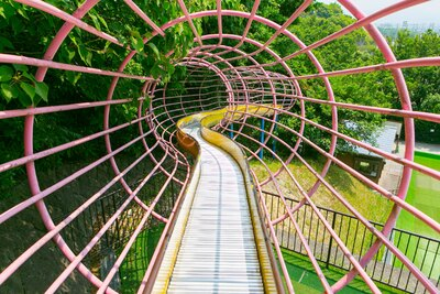 「東平尾公園 大谷広場」。全長83mもあるローラー滑り台。緑の中を進んでいく