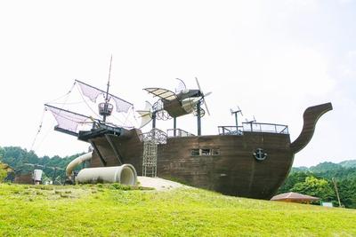 【写真を見る】海賊船でパイレーツ気分に!子供が本気で遊べる「筑紫野市総合公園」