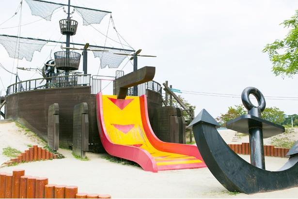 「筑紫野市総合公園」。船の後ろには90度の傾斜のスリル満点滑り台が