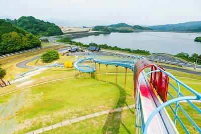 「筑紫野市総合公園」。ローラーすべり台もある。下に敷くソリもあり楽しめる