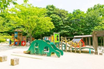 「東平尾公園 大谷広場」。カラフルで小さい子供が遊びやすい遊具がたくさん