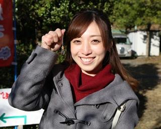 砂金採りに挑戦してくれたのは深澤 恵さん。静岡市のPRレディとしても活躍中だ
