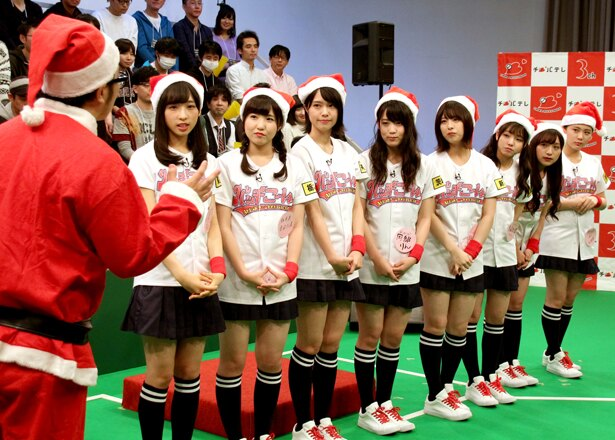 クリスマス企画ではメンバー全員がサンタ帽子を被って登場