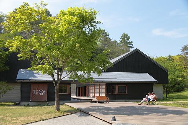 軽井沢の風景に馴染む和を基調とした建物は、建築家・東利恵氏の設計によるもの