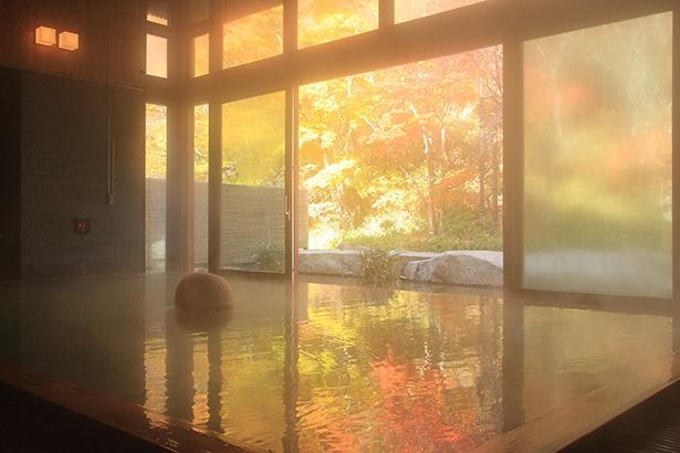 秋は湯に照り返す紅葉が美しい