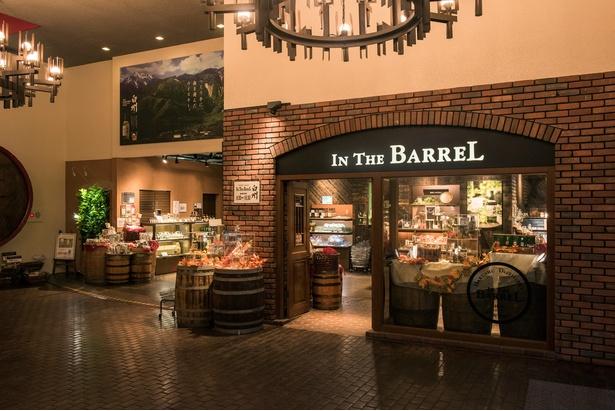 ファクトリーショップ「イン・ザ・バレル」にはこだわりのグラスやおつまみ、限定グッズなどおみやげも豊富