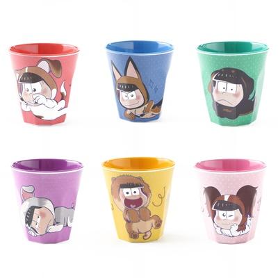 六つ子が描かれたメラミンカップ(各500円)