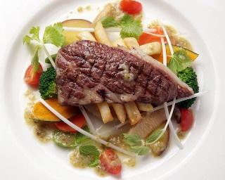 「対馬あか牛ステーキ」(ライスかパン付き1850円)。対馬生まれの国産和牛を、たっぷりの野菜とともにどうぞ