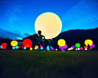 無数の光の球体が印象的な作品「浮遊する、 呼応する球体」