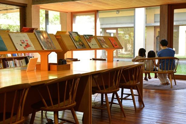 毎月第2・4土曜日には、季節や展示に合わせた絵本の読み聞かせや素話などを、親子で楽しめる「おはなしの会」を開催
