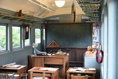 「電車の教室」では、トットちゃんたちがトモエ学園で授業を受けていた1940年ごろの電車の教室が再現されたようすを見学できる