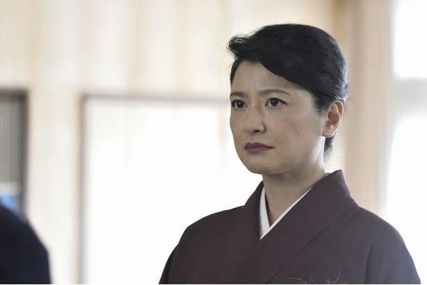 温泉旅館のおかみ・田崎典子(伊藤かずえ)は初対面のはずの主人公・弥木圭(玉森裕太)を以前から知っている様子