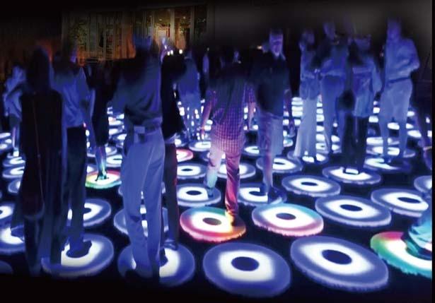 歩く動作に反応してさまざまに色が変わるLED STEP/大阪城イルミナージュ