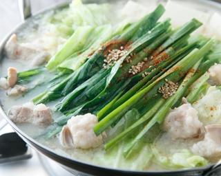 「博多もつ鍋」(味噌1人前1350円)は、自家製味噌と西京味噌をブレンドしたスープが自慢