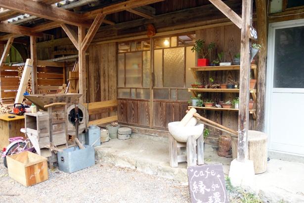 納屋だった場所をカフェに改装。もともとあった農具なども再利用