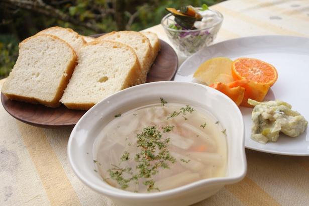 ゲストハウスの朝食。調味料は砂糖を使わず、伝統的な製法の塩や醤油などを使って味付け。素材本来の味を堪能できる