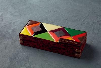美しいカラフルなステンドグラスのような「ステンドグラスケーキ」(5940円、150台限定)