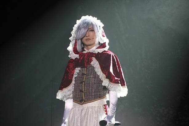 赤ずきんの姿も似合う沖田総司役の佐々木喜英