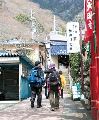 階段沿いに続くこま参道には、さまざまな店が両サイドに並ぶ