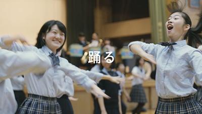 【写真を見る】躍動感あふれるダンスシーン!ダンスはコミュニケーションツールのひとつだ