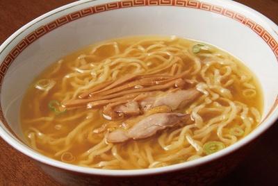 【写真を見る】老鶏の濃い鶏油とチャーシューが旨味を感じさせる「中華そば」(700円)