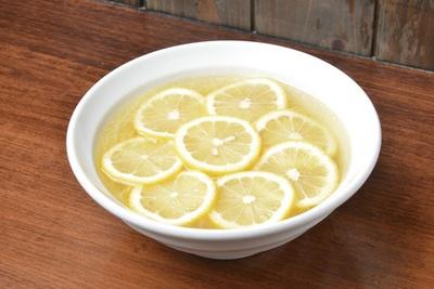 酸味が効いたレモン淡麗麺「レモン塩中華そば」(650円)