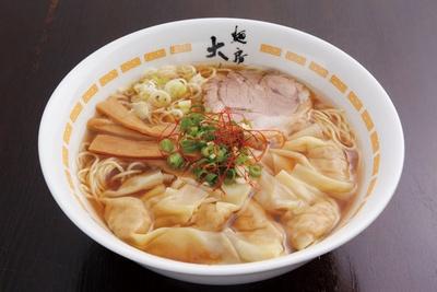 ダブルスープの深みある淡麗系が味わえる「海・醤油ワンタンメン」(870円)