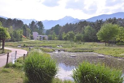【写真を見る】田園文化ゾーンの「水辺の休憩所」は北アルプスの常念岳が望める絶好のビューポイント