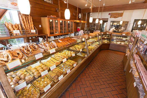 スペイン製の石窯で焼かれたパンは風味豊か。イートインスペースもあるので、焼き立ての味をその場で楽しめる