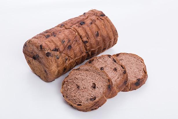 ココア風味の生地にチョコチップが入った「ショコラブレッド(476円)」など、軽井沢限定の商品も