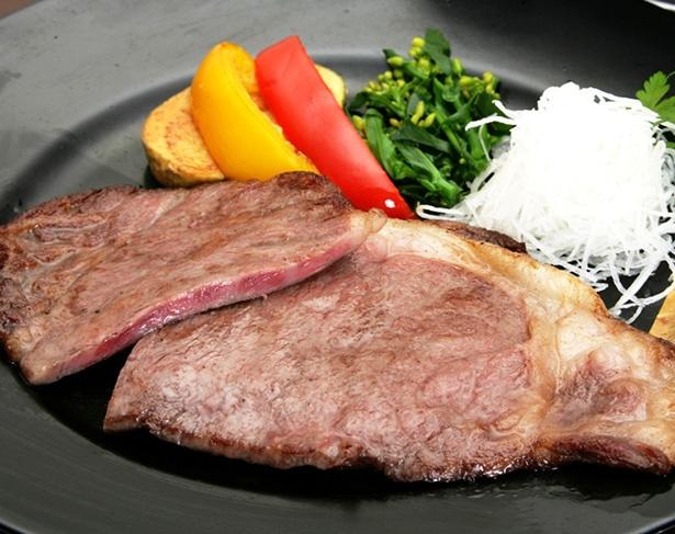 スイーツだけではなく料理もファンが多い。蓼科牛にこだわったステーキ(3800円)は、秘伝の和風ソース、安曇野のわさびとの相性抜群