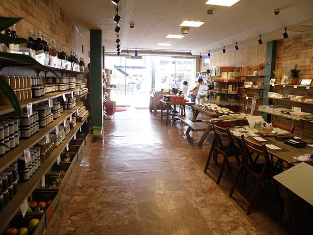 お店のジャムはどれも添加物を使わない製法を心掛けて作られている。ジャムのほかにもジュースや、ハチミツなどこだわりの商品が並んでいる