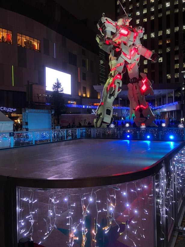 屋外スケートリンクの奥には、アニメ「機動戦士ガンダムUC(ユニコーン)」に登場するモビルスーツ「ユニコーンガンダム」を設定上の実物大サイズで再現した立像がそびえる
