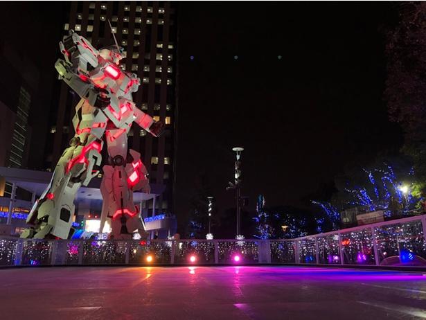 【写真を見る】全高19.7mとド迫力の実物大ユニコーンガンダム立像と屋外スケートリンク。冬の澄みきった空気の中でのスケートも乙なもの