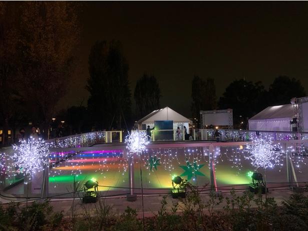 スケートリンクには冬の季節感満載のイルミネーションが装飾され、ドラマチックな空間を演出