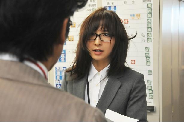 篠田麻里子がさえないOL姿から…変身?