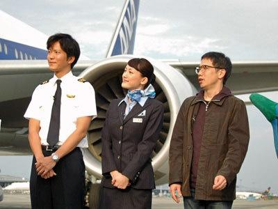 左から副操縦士役の田辺誠一、CA役の綾瀬はるか、本作の監督を務めた矢口史靖