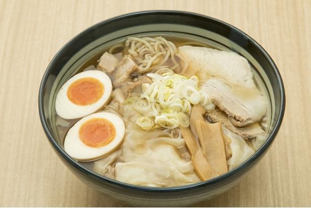 「ワンタンメンの満月」極薄ふわとろ煮玉子ワンタンメン(980円)。豚バラのチャーシューほかワンタン4個、煮卵が入る